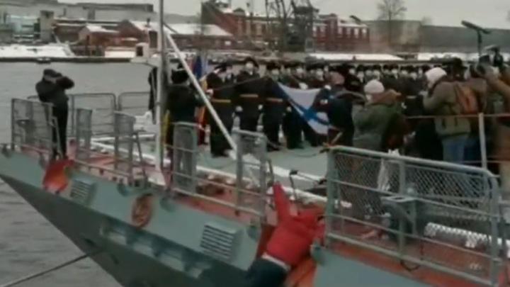 """""""Человек за бортом!"""": оператор упал в воду, снимая церемонию на корвете. Видео"""