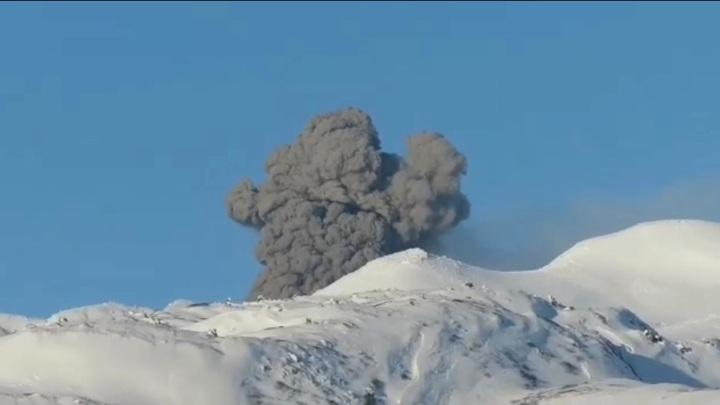 Курильский вулкан Эбеко выбросил двухкилометровый столб пепла