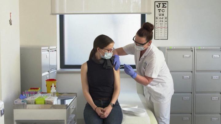 В Германии уволили отказавшихся вакцинироваться
