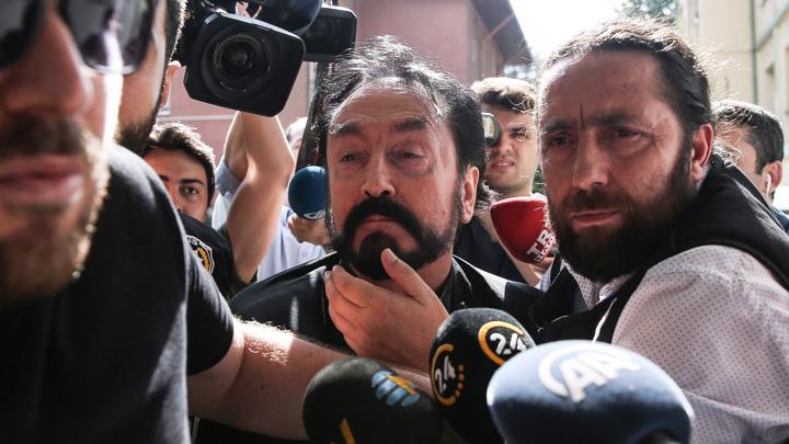 Турецкого писателя приговорили к тысяче годам тюрьмы