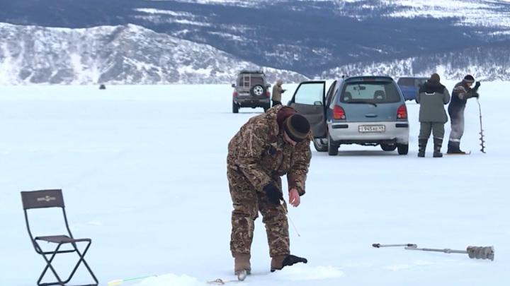Лед в трещинах, но магаданцы массово выезжают на бухту Гертнера за корюшкой