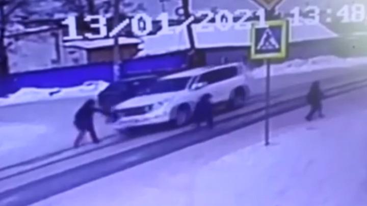 В Омске внедорожник сбил женщину, ведущую детей в школу. Видео