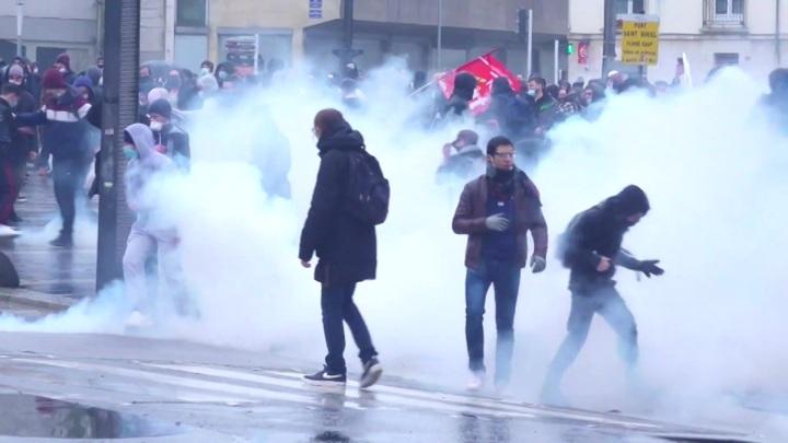 Полиция распылила слезоточивый газ на первомайской демонстрации в Лионе