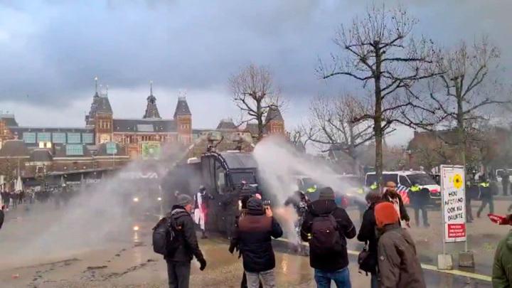 Амстердамских протестующих снова разогнали водометами