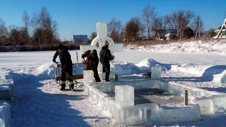 В Камешковском районе у Крещенской проруби поставили ледяной крест
