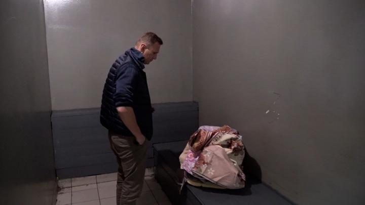 Навальный сообщил об угрозе принудительного кормления. Навального призвали отказаться от голодовки и пригрозили принудительным кормлением с использованием смирительной рубашки, клизмы и «прочих радостей» 9