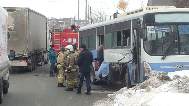 Автобус с пассажирами столкнулся с фурой в Челябинске