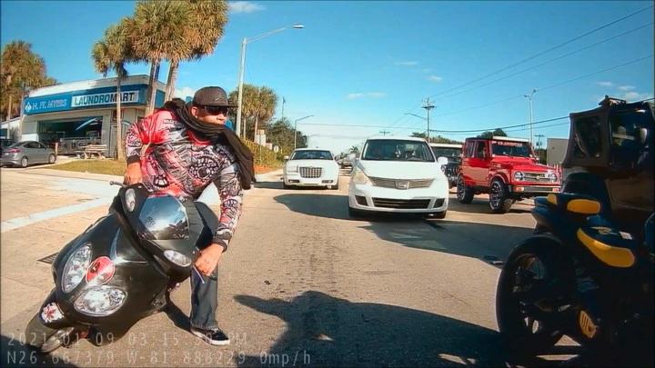Байкеры жестоко избили сделавшего им замечание водителя