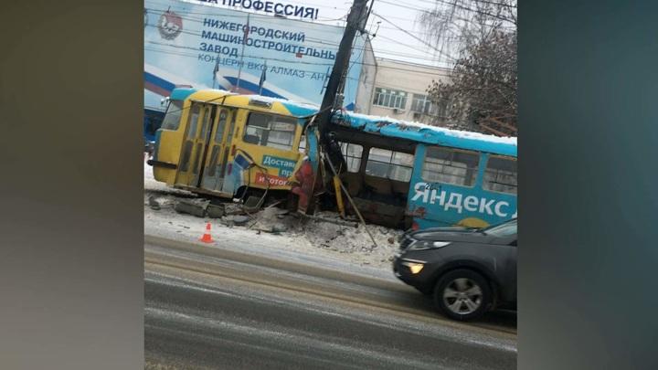 Трамвай врезался в столб в Нижнем Новгороде