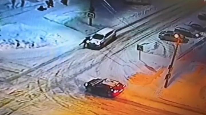 Машина сбила девочку на пешеходном переходе в Чебоксарах. Видео