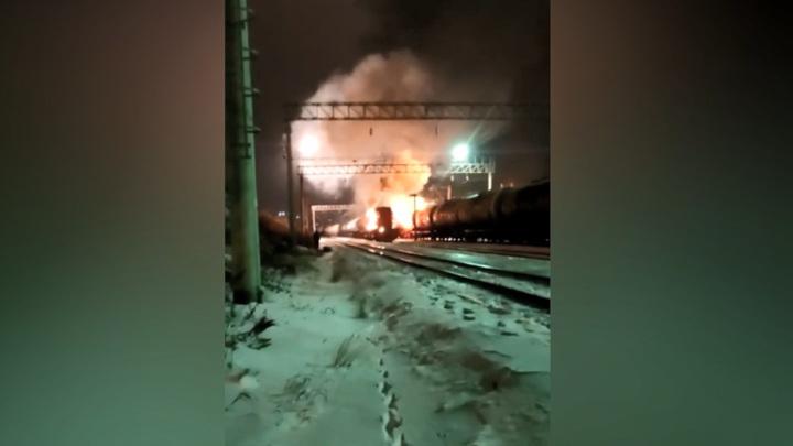 В Приморье ночью на путях загорелся тепловоз. Видео