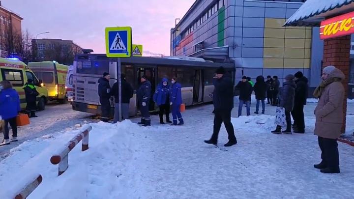 Рейсовый автобус врезался в кинотеатр в подмосковной Электростали