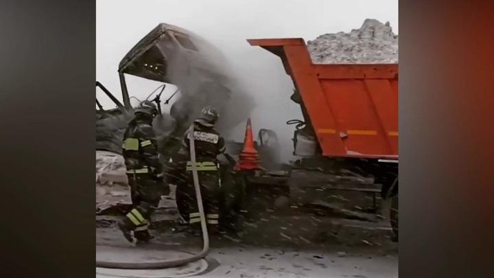 Грузовик со снегом сгорел на востоке Москвы