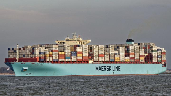 Грузовое судно потеряло 750 контейнеров во время шторма
