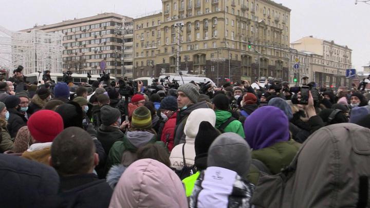 """На правоохранителей бросались под крики """"мирный протест"""""""