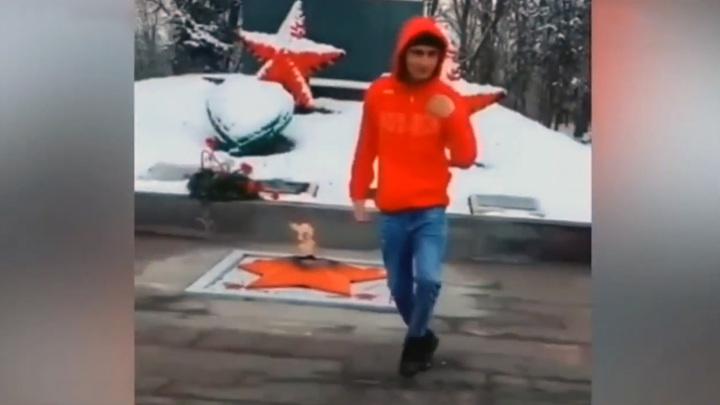 На Ставрополье обвиняют подростка в осквернении воинского мемориала танцами