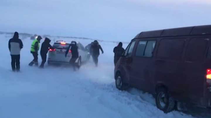В Териберке десятки машин на несколько часов попали в снежный плен