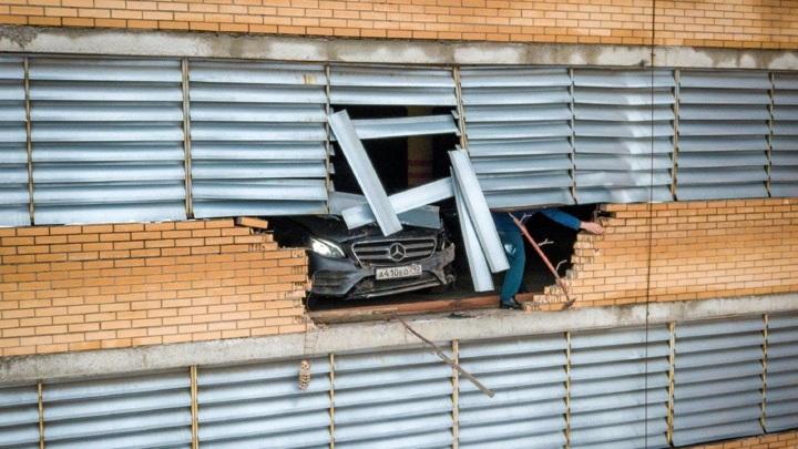 """""""Парковка года"""": машина пробила стену многоуровневого гаража в Подмосковье"""