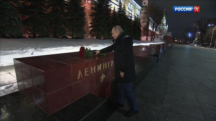 Владимир Путин возложил цветы к Вечному огню в Александровском саду