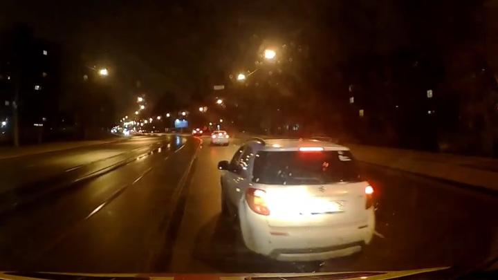 В Петербурге водитель кроссовера устроил гонки со скорой, не пуская ее вперед. Видео