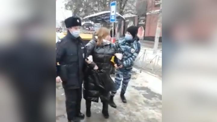 Уголовное дело завели на скандальную женщину, сопротивлявшуюся полицейским из-за маски