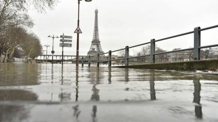В Париже река Сена вышла из берегов