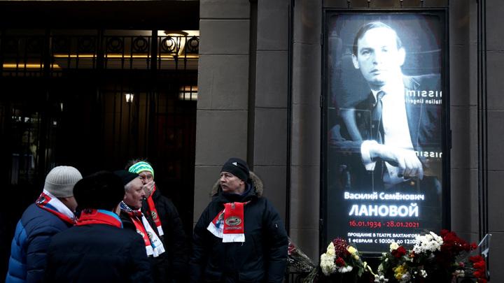 Люди собираются у театра Вахтангова задолго до прощания с Лановым