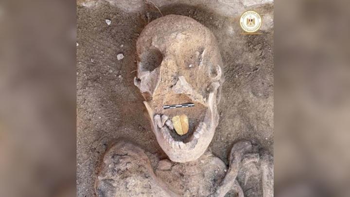 Археологи обнаружили мумию с золотым языком.