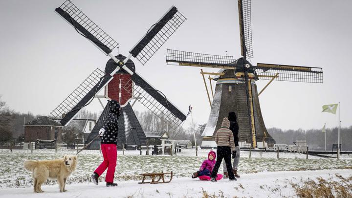 """Нидерланды """"покраснели"""" из-за первой за 10 лет снежной бури"""