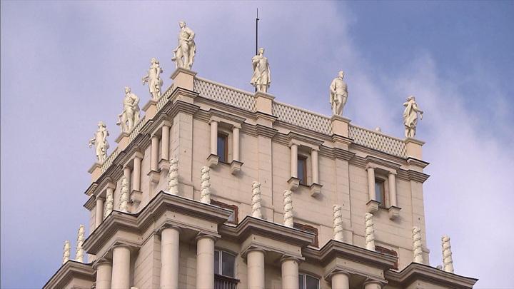 На башни домов на Гагаринской площади вернули знаменитые скульптуры