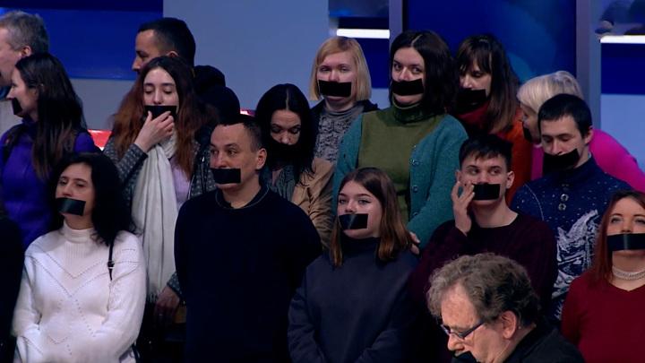 Сотрудники закрытых Зеленским телеканалов заклеили себе рты