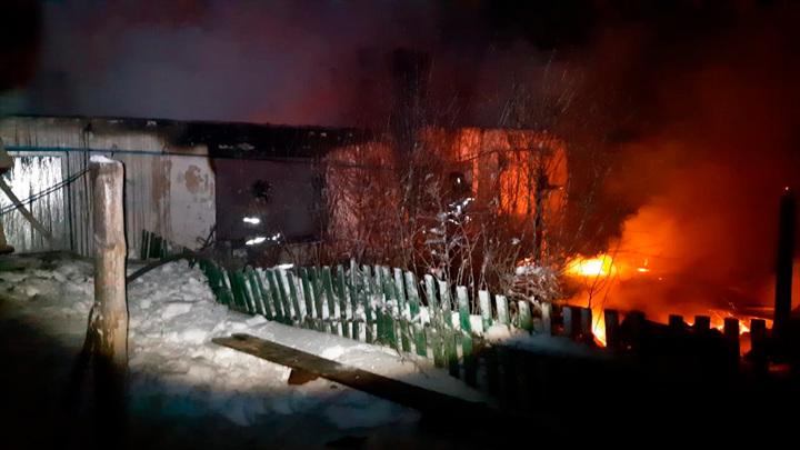 Житель Башкирии для обогрева развел костер на полу и чуть не сжег дом
