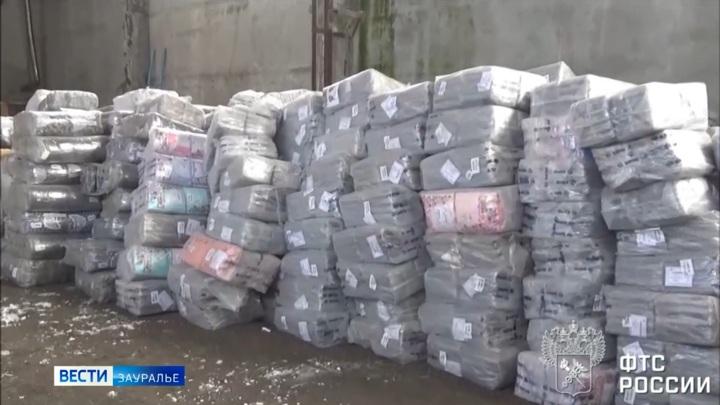 В Курганской области пресекли ввоз в страну 500 кг немаркированной одежды