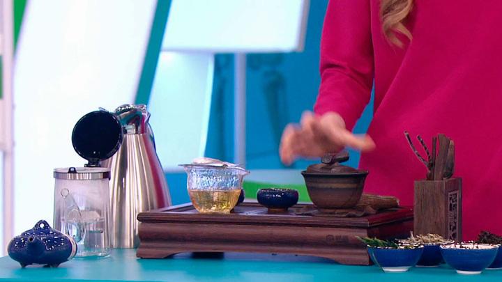 """Кадр из программы """"О самом главном"""". Чай или кофе? В чем польза и кому вредны, объясняет доктор Мясников"""