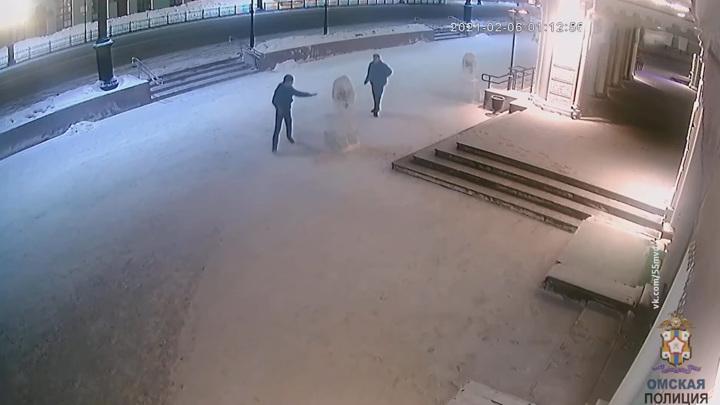 В Омске подросток выместил злобу после ссоры с девушкой на ледяной скульптуре