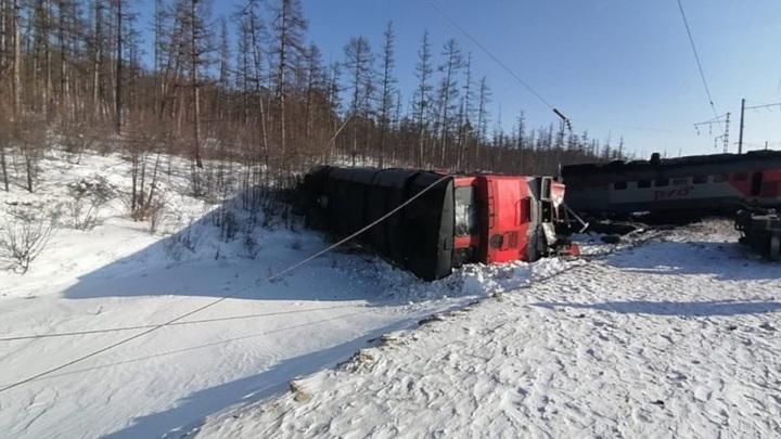 Грузовой поезд сошел с рельсов в Амурской области