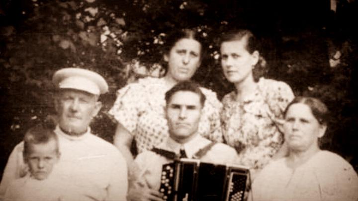 Алексей Егорович Катаргин (с аккордеоном)