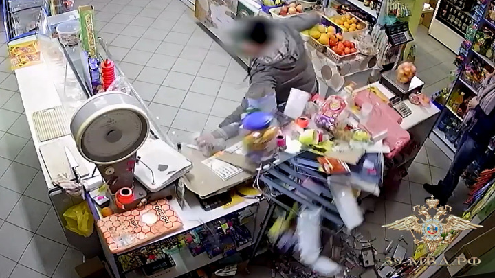 Не продали алкоголь: буйный покупатель разгромил магазин. Видео