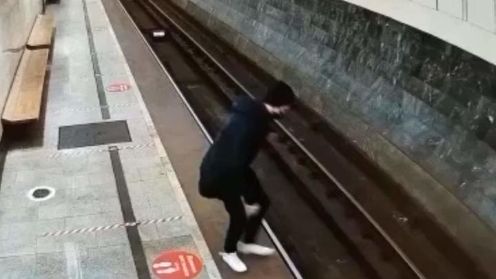 Молодой человек погиб под колесами поезда в московском метро