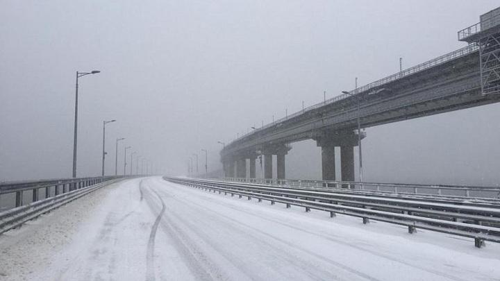 300 машин застряли в сугробах по обе стороны Крымского моста
