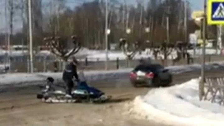 Уставшие от нечищеных дорог ярославцы стали ездить по тротуарам на снегоходах