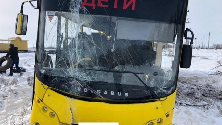 Школьный автобус столкнулся с товарным поездом на Ставрополье