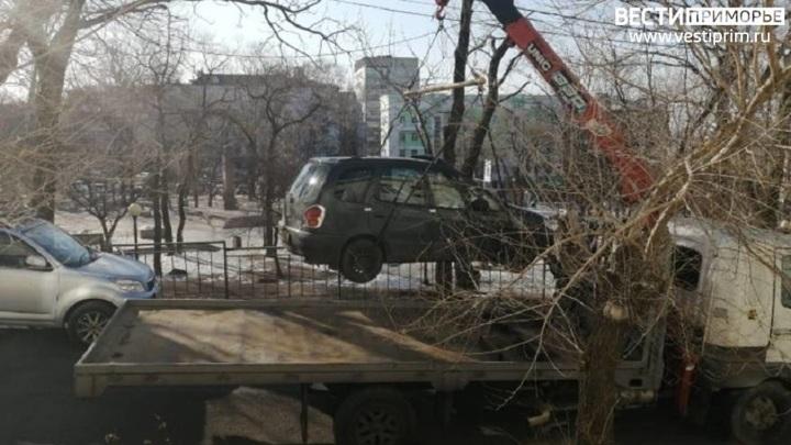Во Владивостоке эвакуировали автомобиль на арест-площадку вместе с водителем