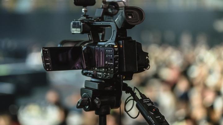 В Набережных Челнах пьяный мужчина набросился на сотрудников местного телеканала