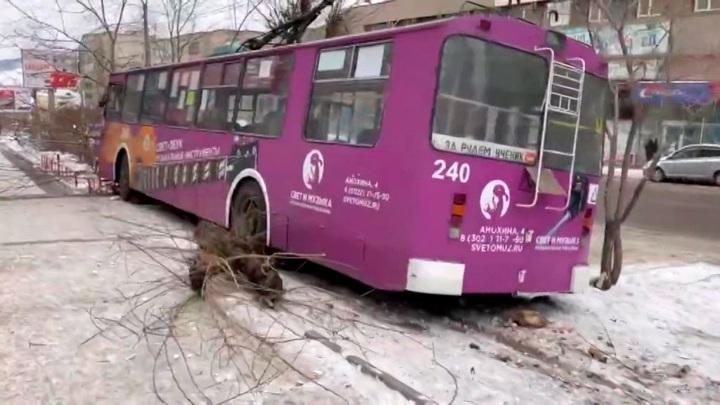 ДТП в Чите: легковой автомобиль протаранил троллейбус с пассажирами