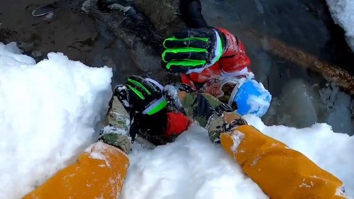 Лыжник упал в 8-метровую яму, катаясь на неподготовленной трассе в Сочи