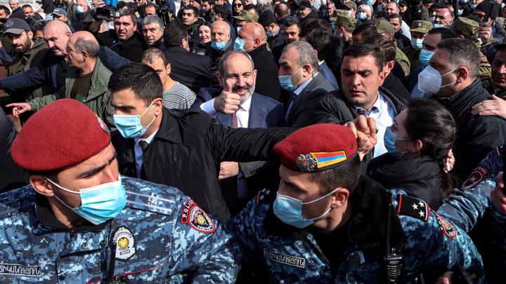 Попытка переворота: сторонники премьера и военных вышли на улицы Еревана