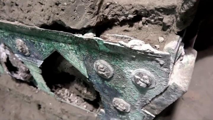 Археологи обнаружили античную колесницу в Помпеях