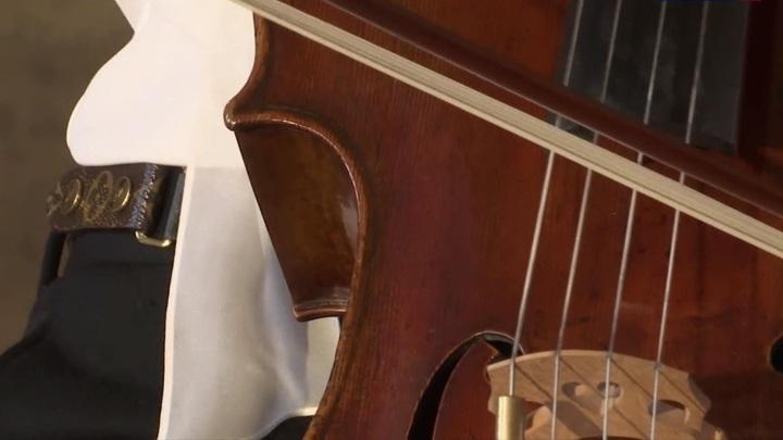 Концерт для Джоконды: французская виолончелистка Камиль Тома выступила в Лувре