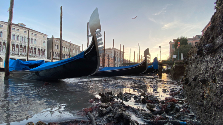 Гондолы на земле: Венеция показала дно